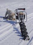 Motorboor voor visserij in de sneeuw royalty-vrije stock afbeelding