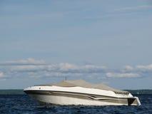 Motorboot auf blauem See Stockbild