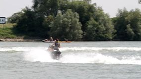 Motorboot auf dem Fluss stock footage