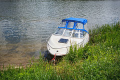 Motorboot auf dem Flussufer Stockfoto