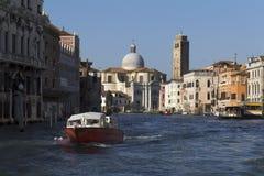 Motorboot auf dem großartigen Kanal Stockbilder