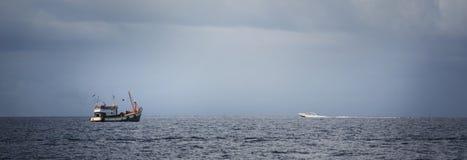 Motorboot auf dem Horizont Stockfotos