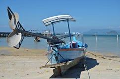 Motorboot auf dem Strand Stockfotografie