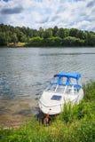 Motorboot auf dem Ufer Lizenzfreie Stockfotografie