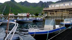 Motorboot auf dem Wasser am Pier stock footage