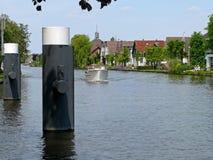 Motorboot auf dem Woudwetering in Woubrugge stockfotografie