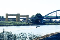 Motorboot auf einem Fluss Stockbild