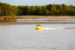 Motorboot auf einem großen Fluss Stockfoto