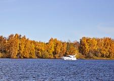 Motorboot auf einem Herbstsee Stockfotos