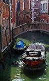 Motorboot auf einem kleinen venetianischen Kanal Lizenzfreie Stockbilder