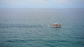 Motorboot auf einem Meer stock video footage