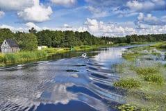 Motorboot auf Fluss Lizenzfreie Stockfotografie