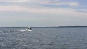 Motorboot auf Michigansee Illinois an der hohen Geschwindigkeit stock video