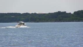 Motorboot auf Michigansee Illinois an der hohen Geschwindigkeit stock footage