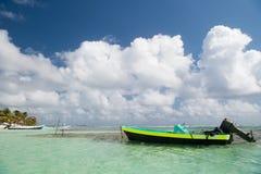 Motorboot auf Seeufer in Costa Maya, Mexiko Lizenzfreie Stockfotos