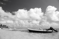 Motorboot auf Seeufer in Costa Maya, Mexiko Lizenzfreies Stockfoto