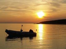 Motorboot bei Sonnenuntergang Lizenzfreie Stockfotos
