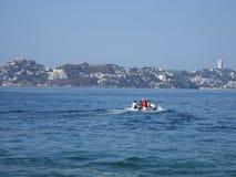Motorboot benutzt für die Fischerei, touristische Exkursionsbucht von Pazifischem Ozean in ACAPULCO in MEXIKO, Buchtlandschaft Stockfotografie
