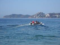 Motorboot benutzt für die Fischerei und die touristischen Exkursionen von Pazifischem Ozean in ACAPULCO in MEXIKO, Landschaft der Stockbild