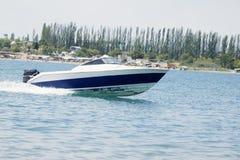 Motorboot in Bewegung Lizenzfreie Stockfotografie