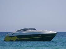 Motorboot bij anker stock afbeeldingen