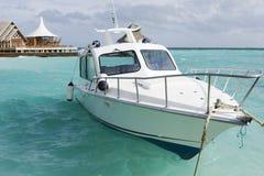 Motorboot bij de lagune stock foto's