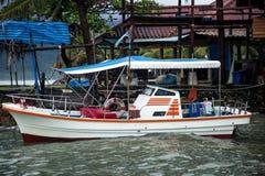 Motorboot bij de pijler in Tai Stock Foto's
