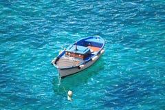 Motorboot, das auf dem Wasser schwingt Stockfoto
