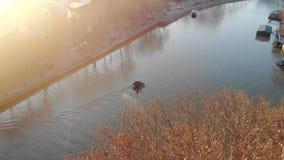 Motorboot der Vogelperspektive 4k auf dem Fluss von Tiflis, Georgia stock footage