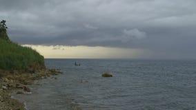 Motorboot die bij Moresby-strand, Moresby-haven varen stock video
