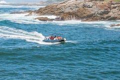 Motorboot die de mond van de Onwerenrivier ingaan Stock Fotografie