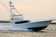 Motorboot die in het overzees kruist royalty-vrije stock foto's