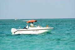 Motorboot die in oceaan met passangers kruisen Royalty-vrije Stock Afbeeldingen