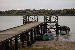 Motorboot door de pijler in de Delta van Donau Royalty-vrije Stock Fotografie