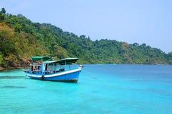 Motorboot en eiland stock afbeelding