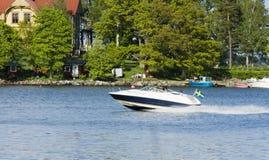 Motorboot en eiland Royalty-vrije Stock Foto