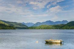 Motorboot festgemacht im ruhigen Wasser Stockfotografie