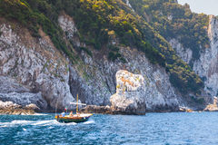 Motorboot gehen nahe Felsen von Capri-Insel, Italien Stockfotos