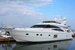 Motorboot in haven Stock Afbeelding