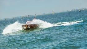 Motorboot het bespatten in de lagune van Venetië Stock Afbeelding