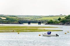 Motorboot im Hafen mit einer Stahlbrücke im Hintergrund Stockbilder