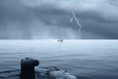 Motorboot im Meer mit stürmischem Himmel Stockfoto