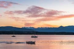 Motorboot im Sonnenuntergang Stockbild