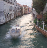 Motorboot im Venedig-Kanal Stockfotografie