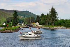 Motorboot am Kanal Lizenzfreie Stockbilder