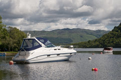 Motorboot in Luss-Loch Lomond wordt vastgelegd die royalty-vrije stock foto