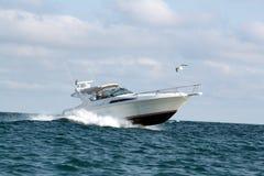 Motorboot met cabine Royalty-vrije Stock Afbeeldingen
