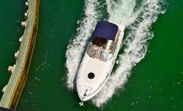 Motorboot met de Blauwe Luifel van het Canvas Royalty-vrije Stock Foto