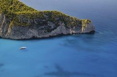 Motorboot met toeristen die Navagio verlaten royalty-vrije stock foto
