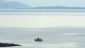 Motorboot met vissersmens het uitgaan visserij